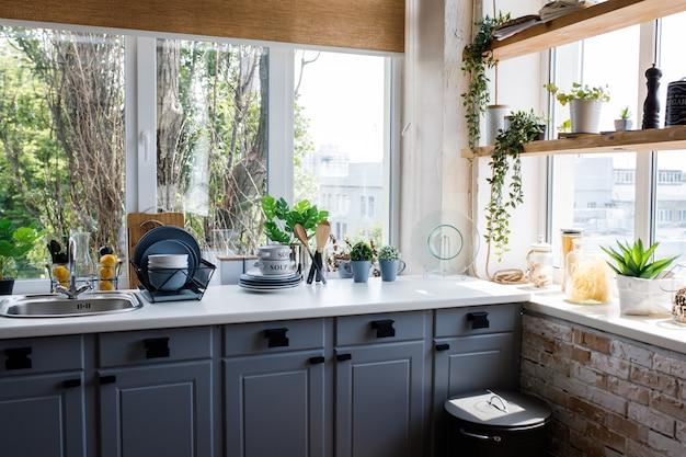 Cuisine classique avec des détails en bois et blancs Photo Premium