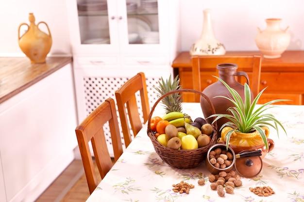 Cuisine Design Rustique Avec Panier De Fruits, Plantes Et Noix Sur La Table. Concept De Décoration. Photo Premium