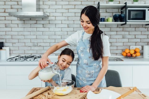 Cuisine familiale à votre âme. petite fille et sa soeur préparant des plats cuisinés à la maison. adorables cuisiniers préparant une délicieuse cuisine maison. mode de vie Photo Premium