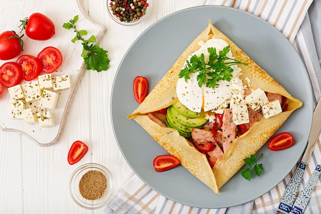 Cuisine française. petit déjeuner, déjeuner, collations. crêpes aux œufs pochés Photo Premium