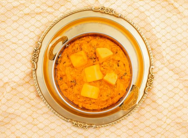 Cuisine indienne populaire végétarienne fromage butter masala Photo Premium