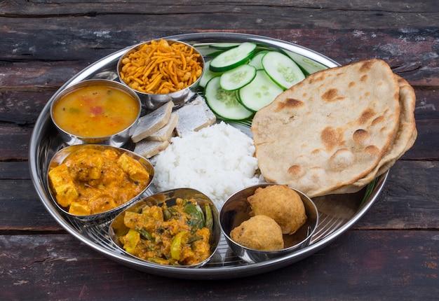 Cuisine indienne thali Photo Premium