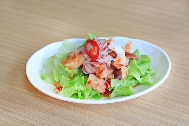 Cuisine japonaise, salade de pieuvre épicée tako sur une table en bois. Photo Premium