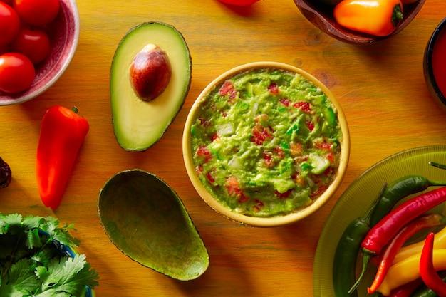 Cuisine mexicaine à base de piment de guacamole et d'avocat Photo Premium