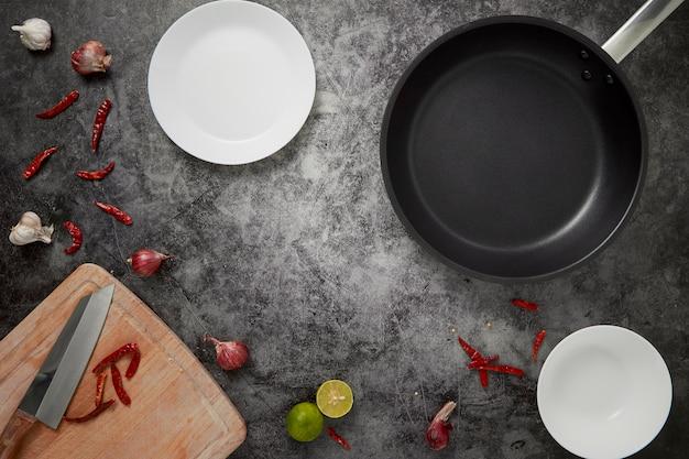 La cuisine des plats vides et casserole Photo Premium