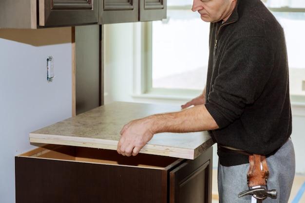 Cuisine plus fonctionnelle avec un évier, une table de cuisson et une partie supérieure de la cuisine Photo Premium