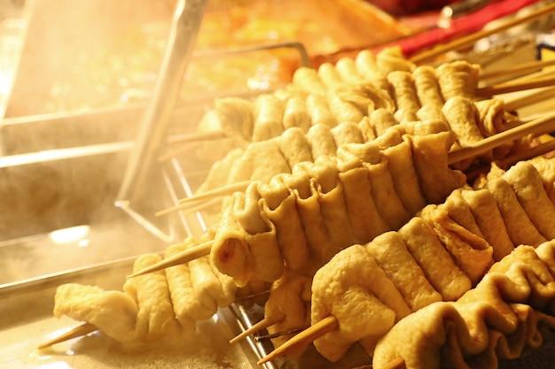 Cuisine de rue coréenne de gâteau de poisson Photo Premium