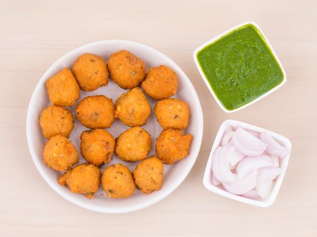 Cuisine de rue épicée indienne, dal vada Photo Premium