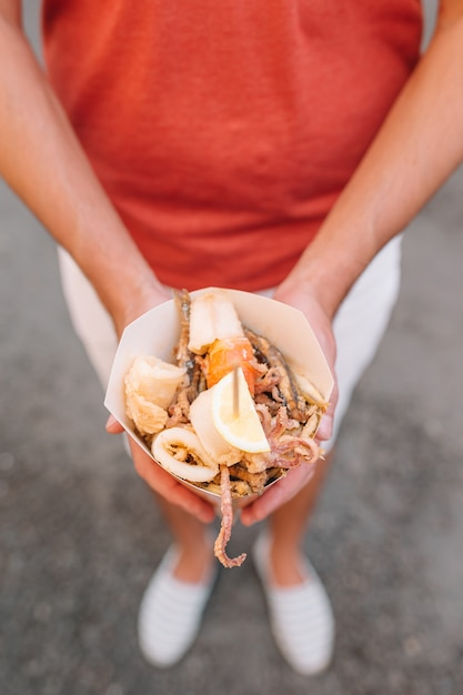 Cuisine de rue italienne poissons de crevettes, calamars et légumes grillés Photo Premium