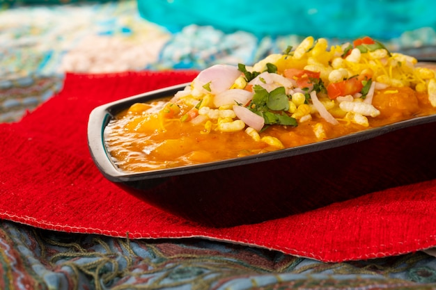 Cuisine de rue populaire indienne, ragda pattice Photo Premium