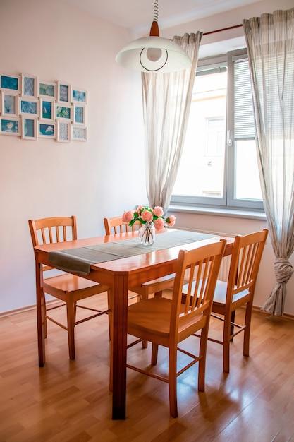 Cuisine spacieuse et lumineuse avec une table en bois et un décor mignon Photo Premium