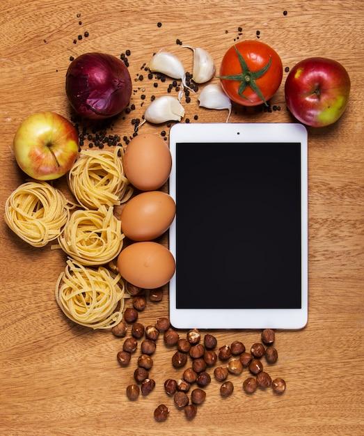 Cuisine. Tablette Et Nourriture Photo gratuit