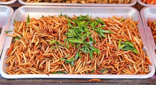 Cuisine thaïlandaise au marché. insectes frits pour la collation Photo Premium