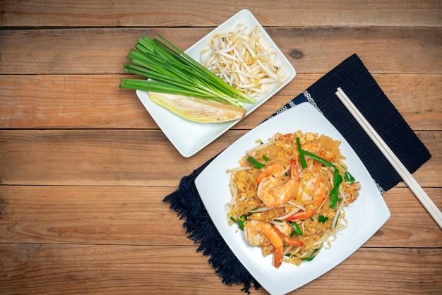 Cuisine thaïlandaise célèbre appelée pad thai sur une plaque blanche Photo Premium