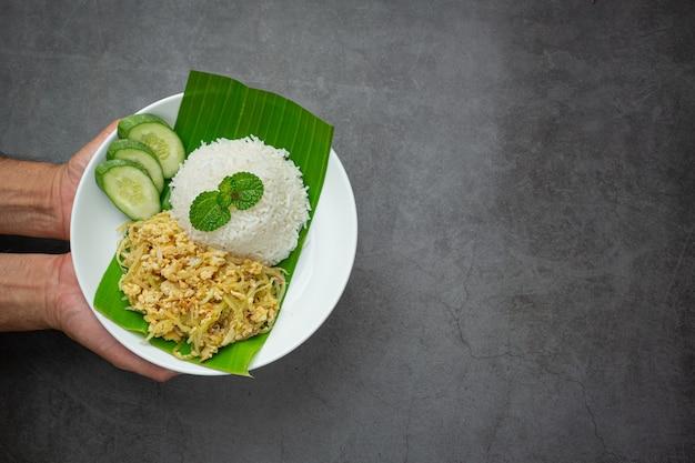 Cuisine Thaïlandaise œuf Sauté à La Papaye Cuit Servi Avec Riz Photo gratuit