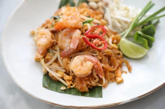 Cuisine thaïlandaise padthai aux nouilles aux crevettes Photo Premium
