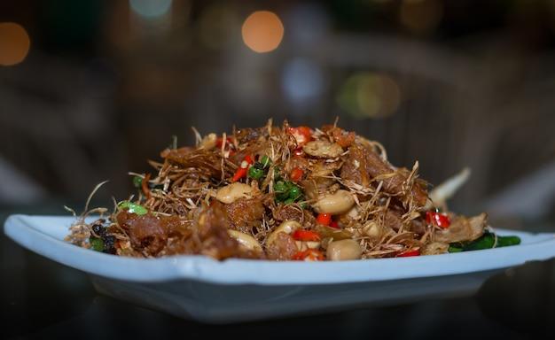 Cuisine thaïlandaise, poisson frit remuer avec la noix de cajou dans la saveur des épices Photo Premium