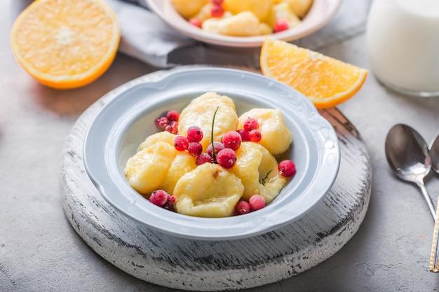 Cuisine Ukrainienne, Russe, Vareniki Paresseux; Gnocchis Au Lait Caillé Ou Au Fromage Avec Groseille Fraîche Photo Premium