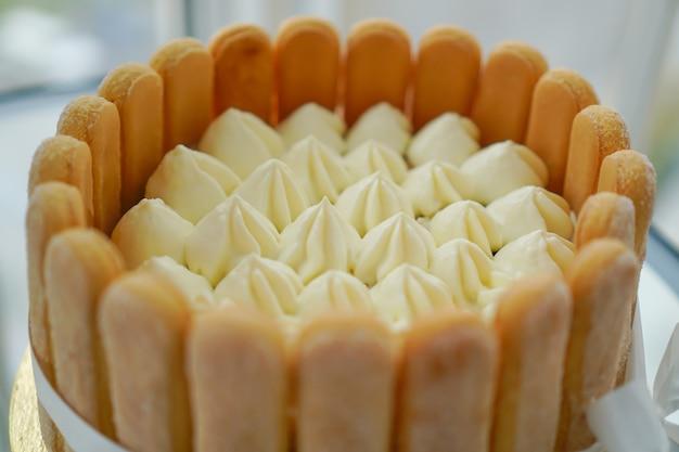 Cuisiner Et Décorer Le Gâteau Tiramisu à La Maison Par Un Maître. Photo Premium