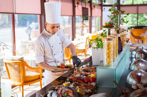Cuisiner des fruits de mer dans un restaurant. Photo Premium