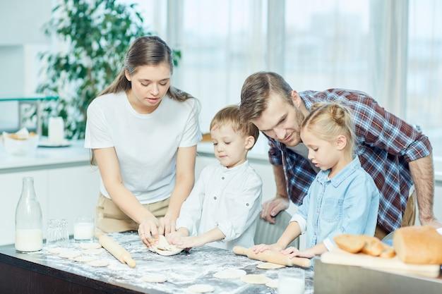 Cuisiner avec les parents Photo gratuit