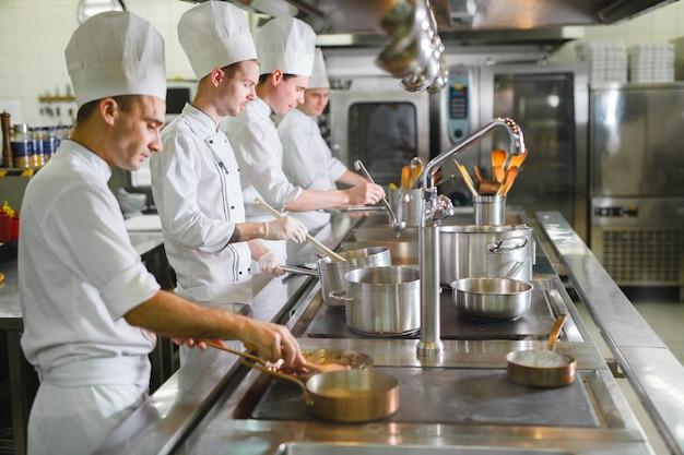 Cuisinier Cuisine Dans Un Restaurant. Photo Premium