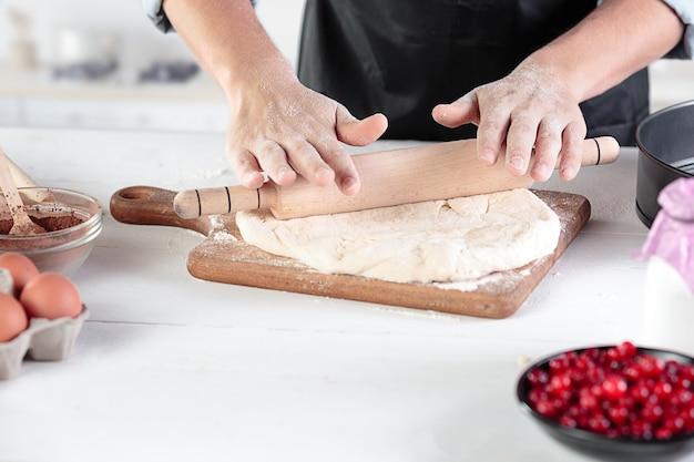 Un Cuisinier Avec Des œufs Sur Une Cuisine Rustique Dans Le Contexte Des Mains Des Hommes Photo gratuit