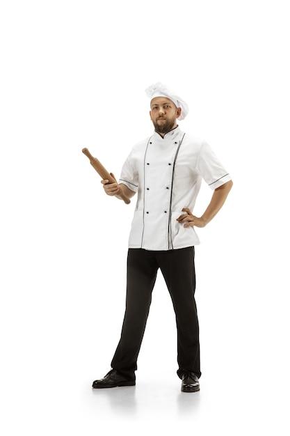 Cuisinière, Chef, Boulanger En Uniforme Isolé Sur Fond Blanc Studio, Gastronomique. Jeune Homme, Portrait De Cuisinier De Restaurant. Entreprise, Plancher, Occupation Professionnelle, Concept D'émotions. Copyspace Pour L'annonce. Photo gratuit
