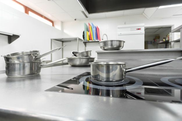 Cuisinière dans une cuisine de restaurant moderne Photo Premium