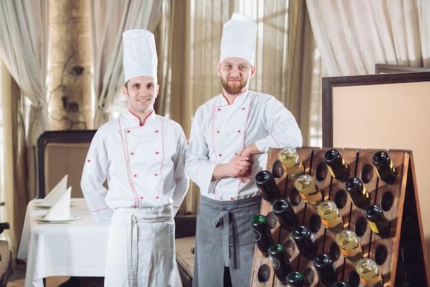 Cuisiniers Dans Un Restaurant Avec Des Bouteilles De Vin Photo Premium