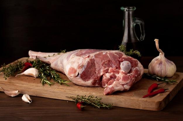 Cuisse d'agneau prête à rôtir à l'ail et aux fines herbes Photo Premium