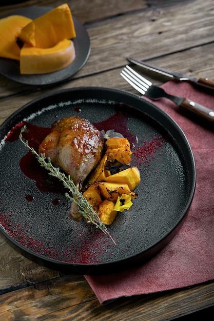 Cuisse De Canard Rôti à La Citrouille Confite Photo Premium
