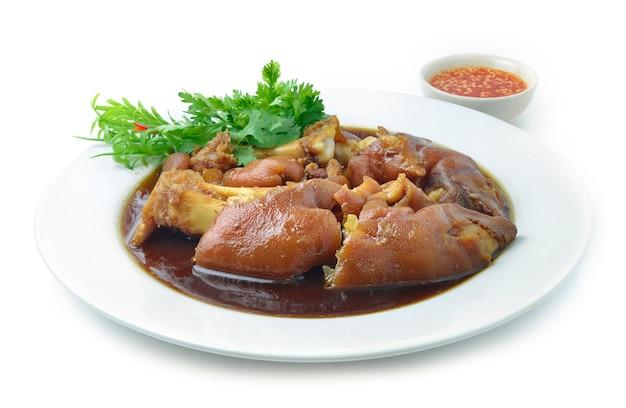 Cuisse De Porc Cuite Dans Une Soupe Brune Sucrée Cuisine Asiatique Photo Premium