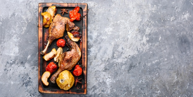 Cuisses de canard avec garniture de légumes Photo Premium