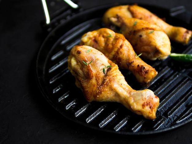 Cuisses de poulet aux herbes Photo gratuit