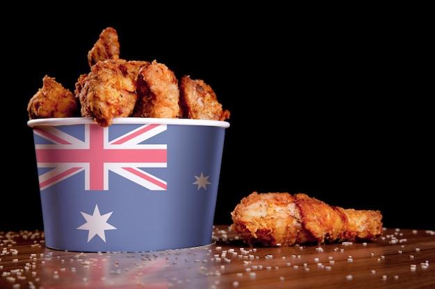 Cuisses de poulet bbq dans un seau blanc Photo Premium