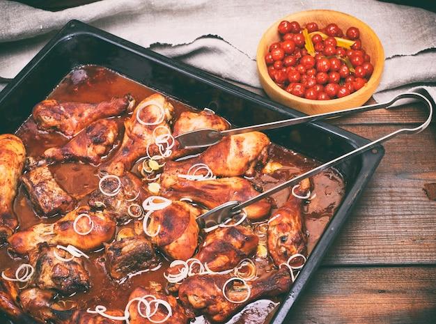 Cuisses de poulet frites à la croûte croustillante à la sauce tomate au miel Photo Premium