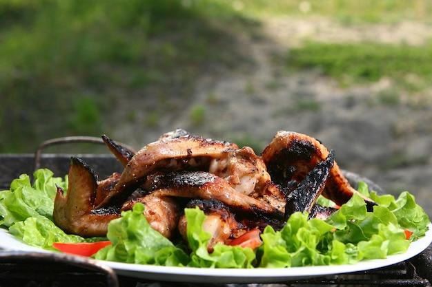 Cuisses de poulet sur le grill avec des légumes Photo gratuit