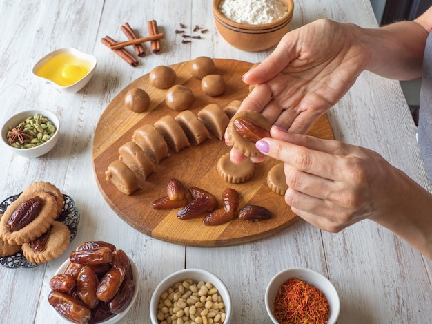 Cuisson Des Bonbons De Dattes Eid Maison. Bonbons Arabes Du Ramadan Photo Premium