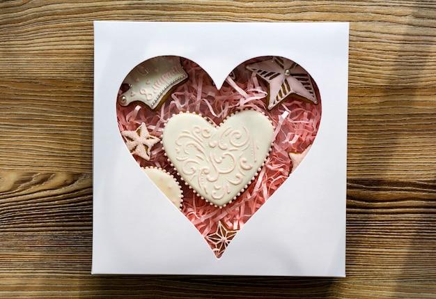 Cuisson Gâteau Magnifiquement Enveloppé Avec Un Grand Arc. Gâteau éponge Décoré De Fleurs Fraîches Et Biscuits Biscuits Photo Premium