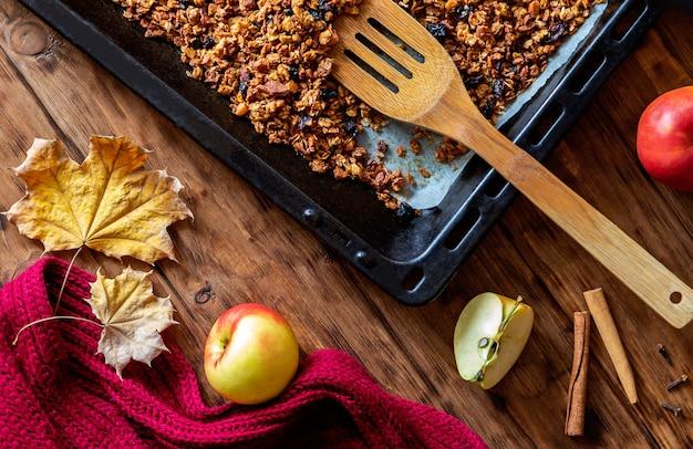 Cuisson, granola, à, pomme, et, épices, sur, a, table bois Photo Premium