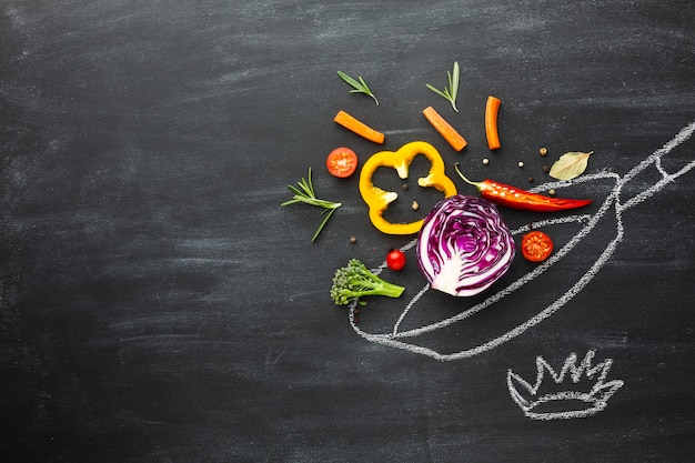 Cuisson de légumes sur un plat de craie avec espace de copie Photo gratuit