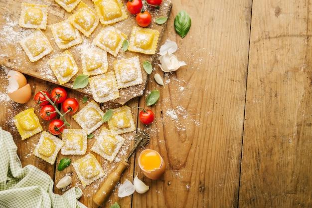 Cuisson des raviolis italiens sur table en bois Photo Premium