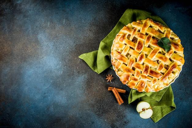 Cuisson Traditionnelle à L'automne, Tarte Aux Pommes Maison à La Cannelle, Fond Bleu Foncé Avec Rouleau à Rouler, Sucre En Poudre, Pommes Fraîches, épices, Photo Premium