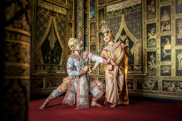 Culture artistique thaïlandaise danse dans le khon benjakai masqué dans la littérature amayana, thaïlande Photo Premium