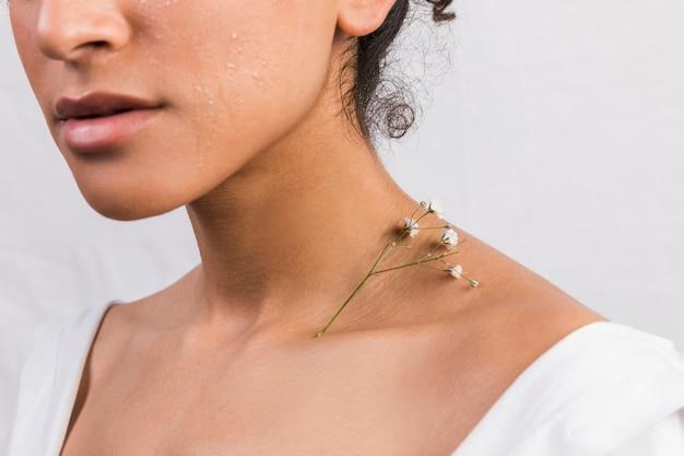 Culture ethnique femme avec plante sur cou Photo gratuit
