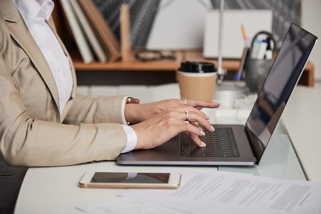 Culture, femme affaires, ordinateur portable Photo gratuit