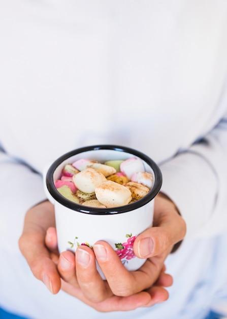Culture femme, tenant tasse, à, boisson, et, guimauves Photo gratuit