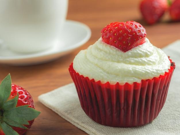 Cup cake velours rouge fraise Photo Premium