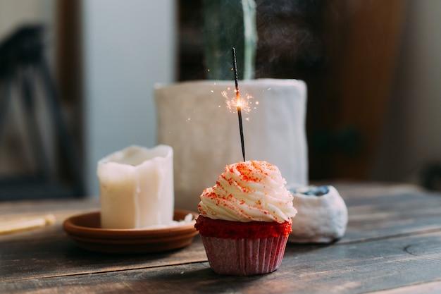 Cupcake D'anniversaire Rose Avec Bougie Scintillante Photo gratuit